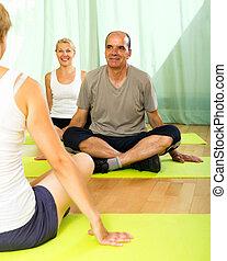 instrutor ioga, attenders, idoso