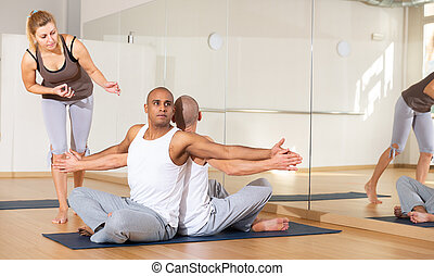 instrutor, posição, ioga sócio, dois, femininas, homens, prática