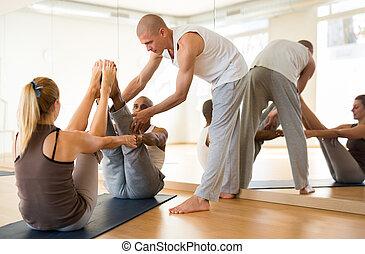 instrutor, posição, sócio, durante, ioga, treinamento, par, prática