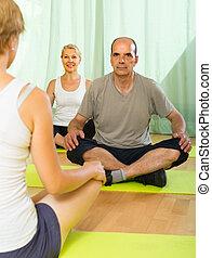 instrutor, prática, ioga, par, maduras