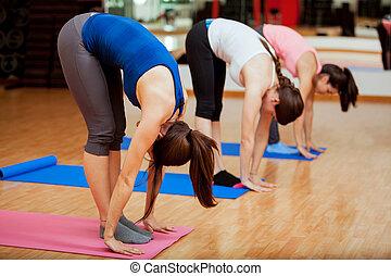 ioga, grande, pose, durante, classe, dedo pé