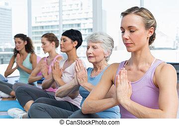 ioga, mãos associaram, sentando, fila, classe