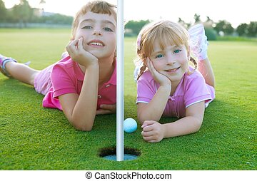 irmã, bola, golfe, meninas, relaxado, deitando, verde, buraco