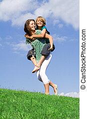 irmã, jovem, tocando, piggyback, mãe, ou, criança