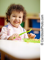 jardim infância, almoço, pequeno, comer, menina