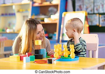 jogo, coloridos, brinquedos madeira, mãe, tabela., bloco, criança