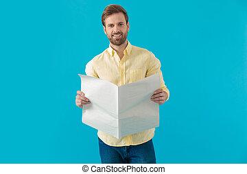 jornal, positivo, casual, homem, segurando, sorrindo