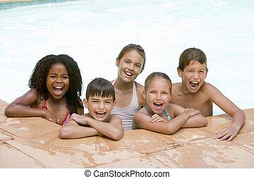 jovem, cinco, sorrindo, amigos, piscina, natação