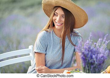 jovem, impressionante, mulher sorridente, lavanda, posar, field.