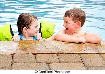 junto, tocando, enquanto, rir, sorrindo, crianças, piscina, natação