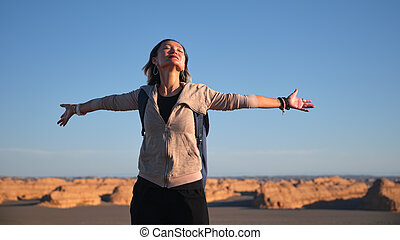 landforms, mulher, abertos, yardang, asiático, braços, femininas, turista, mochileiro, desfrutando, paisagem