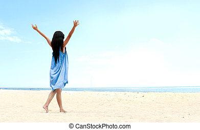 levantado, dela, cima, mãos, menina, praia