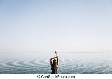 levantado, dela, cima, negligencia, sea., mãos, menina, praia