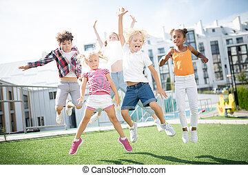lições, sobre, após, enquanto, crianças, alto, exterior, pular, divertimento, tendo