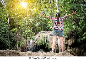 liberdade, nature., posição mulher, asiático, bonito, braços levantados, desfrutando, viajante