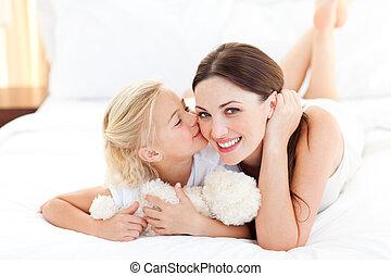 mãe pequena, menina, cute, beijando, dela