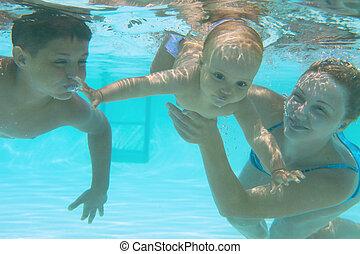 mãe, pool., ensinando, natação subaquática, família, dela, crianças