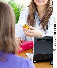 médico feminino, cute, medicina, segurando, close-up