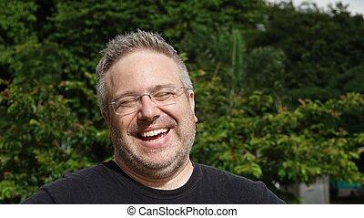 macho branco, risada