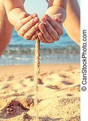 mar areia, criança, praia, tocando, closeup.
