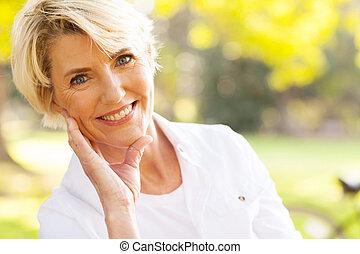 meio, mulher, envelhecido, sentando, parque, encantador