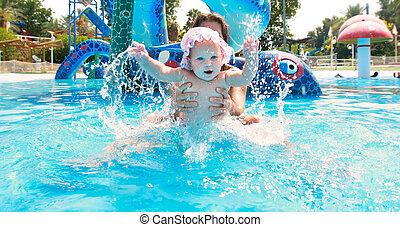 menina bebê, feliz, waterpool, mãe