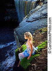 menina, cachoeiras, precipício, beleza, cedo, verão, retrato, rio, natureza, margem, manhã, desfrutando, bonito