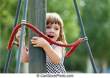 menina, cordas, escalando, pátio recreio