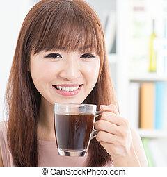 menina, desfrutando, café, asiático
