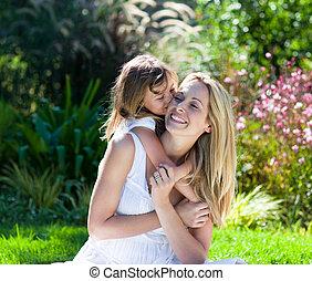 menina, pequeno, beijando, dela, mãe, parque