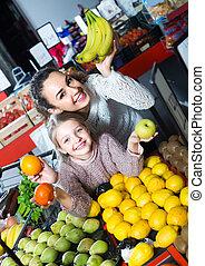 menina, pequeno, mulher, comprando, fruits.