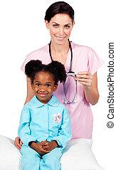 menininha, afro-american, assistindo, exame, médico