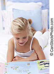 menininha, livro leitura, cama