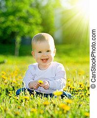 menininha, prado, flores, feliz, bebê, dandelions, sentando, parque, verde, amarela, natureza, bonito