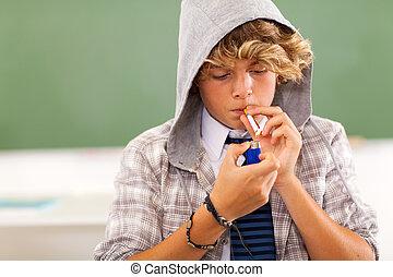 menino adolescente, mais claro, cigarro