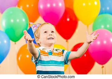 menino, aniversário, criança, partido, sorrindo, balões