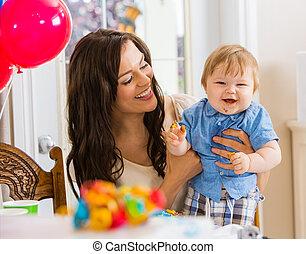 menino, aniversário, segurando, mãe, bebê, partido