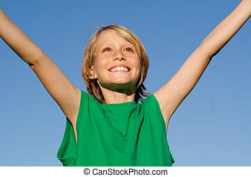 menino, braços levantados, criança, sorrindo, criança, felicidade, feliz