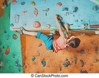 menino, escalando, prática, ginásio