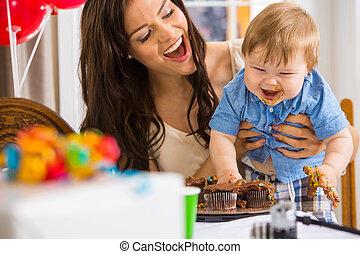 menino, icing, mãe, sujo, segurar passa, bolo, coberto