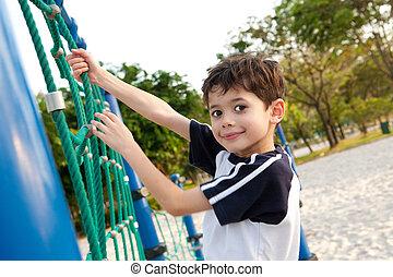 menino, jovem, pátio recreio, escalando, activity., desfrutando