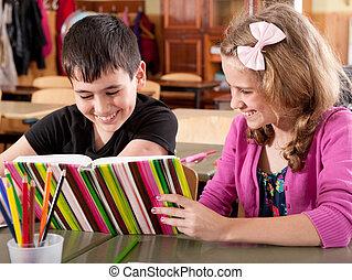 menino, livro escolar, sorrindo, leitura, menina