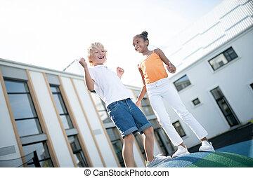 menino, menina, alegre, rir, divertimento, exterior, muito, tendo