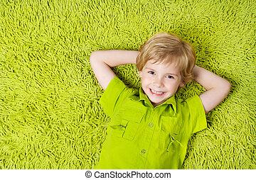 menino, olhar, experiência., câmera, verde, criança, sorrir feliz, mentindo, tapete
