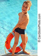 menino, pequeno, alegre, puxa, natação-piscina, saída, vermelho, bóia