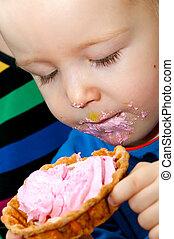 menino, pequeno, comer, copo, rosto, bolo, sujo, fresco, creme