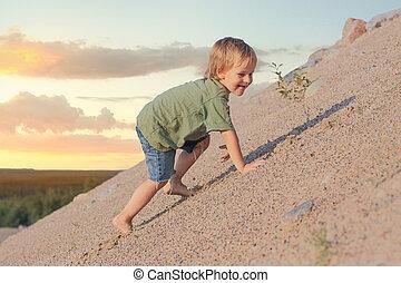 menino, verão, areia, dune., escalando, dia