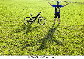 mochileiro, bicicleta, prado, relaxante, jovem