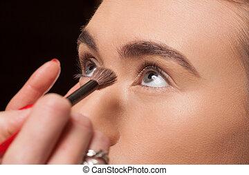 modelo, esteticista, aplicando, jovem, cosméticos