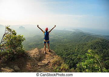 montanha, hiking mulher, sucedido, braços, hiker, pico, abertos